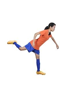 De professionele aziatische voetbalstervrouw schopt de bal