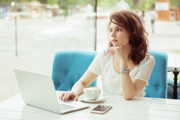 De professionele bedrijfsvrouw aan het werk met laptop handen sluit omhoog