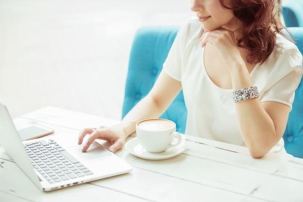 De professionele bedrijfsvrouw aan het werk met laptop overhandigt dicht omhoog