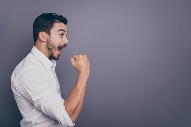De profielfoto van de gekke macho bedrijfsmens heft handvuist op vier succes