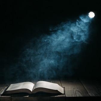 De projector schijnt op het boek op tafel