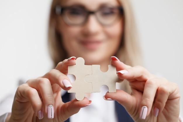 De puzzels in handen