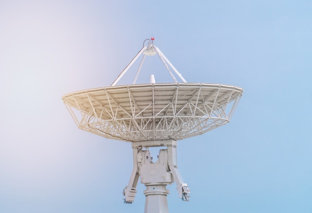 De radio-satelliettelescoopontvanger van het observatorium
