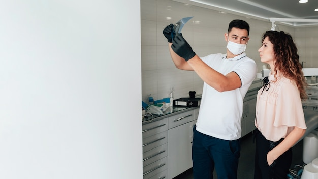 De radiografie van de tandartsholding met patiënt en exemplaarruimte