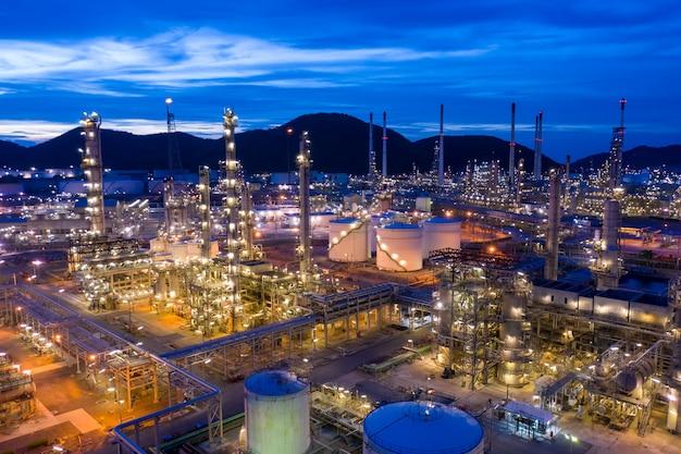 De raffinaderijolie en gas van het schemeringlandschap bij nacht luchtmening