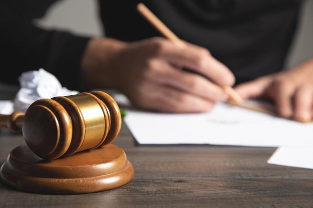 De rechter maakt aantekeningen op papier
