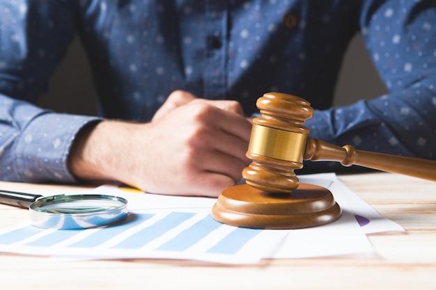 De rechter onderzoekt de zaak. proef concept