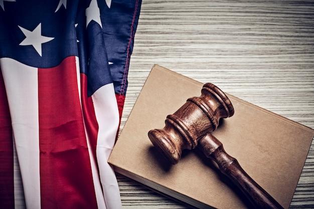 De rechtershamer en de achtergrond met de vlag van de vs