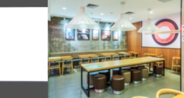 De reclamelampdoos en het vage binnenaanzicht van het restaurant