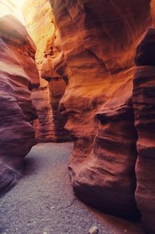 De red canyon. geologische aantrekkingskracht in het eilat-gebergte