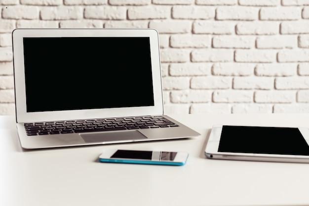 De reeks moderne computerapparaten met laptop, digitale tablet en smartphone sluiten omhoog op witte lijst