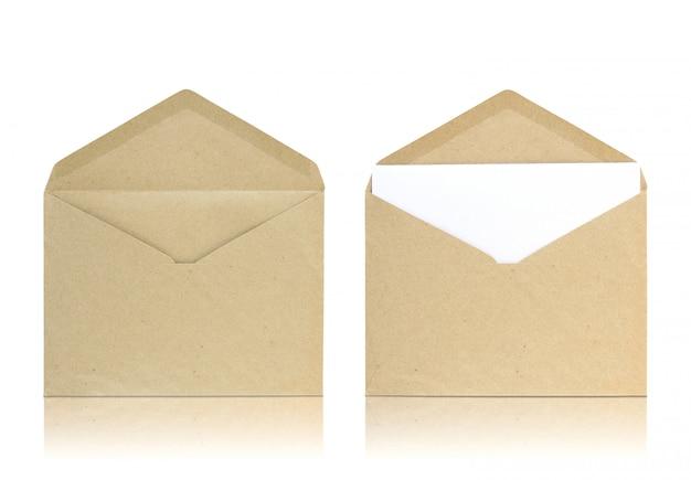 De reeks open envelop weerspiegelt vloer en witte achtergrond