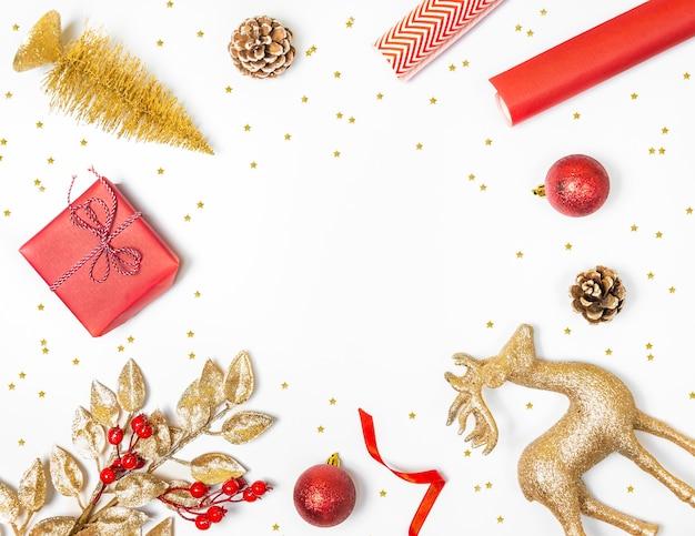 De regeling van kerstmiselementen op wit met exemplaarruimte