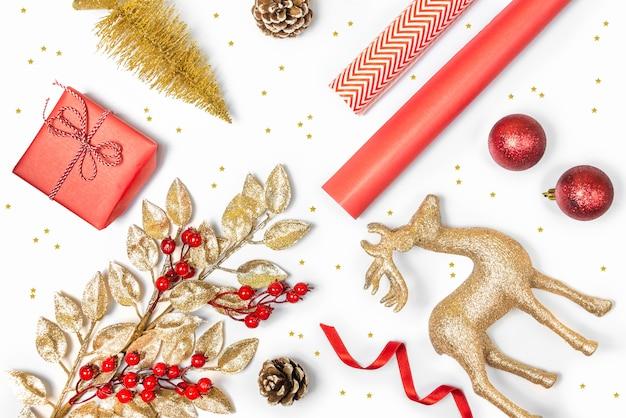 De regeling van kerstmiselementen op wit