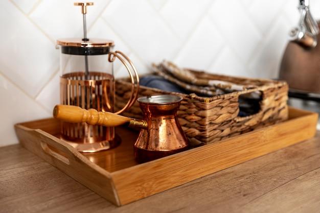 De regeling van keukenartikelen op tafel