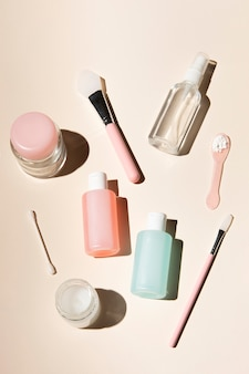 De regeling van lichaamsverzorgingproducten op stof roze achtergrond