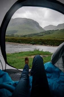 De regen in een tent uitwachten