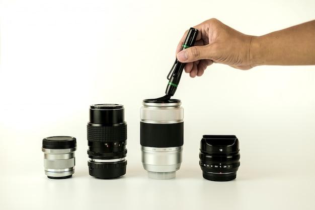De reinigingsmethode van de cameralens sluit nadruk door menselijke foto op de witte achtergrond