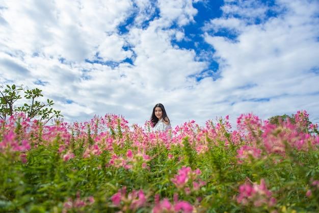 De reis van de de vrouwentoerist van het portret aziatische in het weekendvakantie van de bloemtuin.