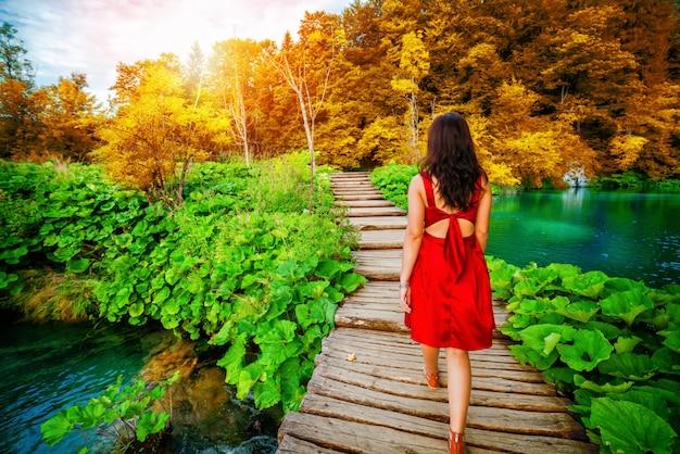 De reiziger loopt op weg in plitvice-meren, kroatië.