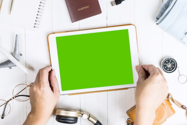 De reiziger plukt tablet met het lege scherm voor mobiele toepassingsspot omhoog