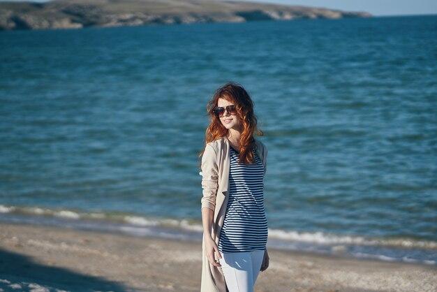 De reiziger slentert langs de stranden in de buurt van de zee in het landschap van de bergen, golven, landschap zomer