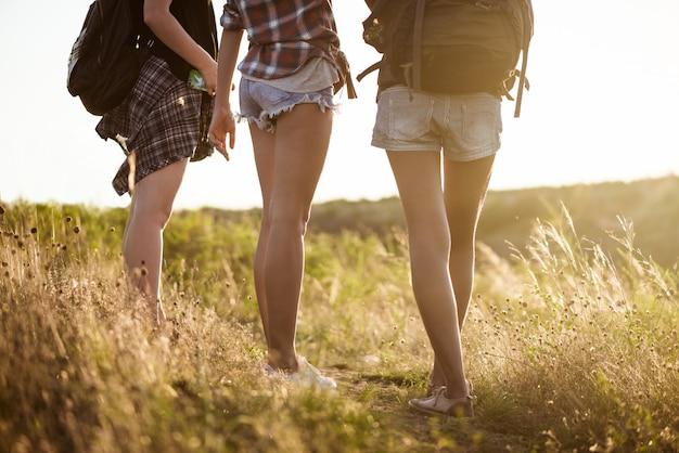 De reizigers van de jonge mooie vrouw die in canion bij zonsondergang lopen