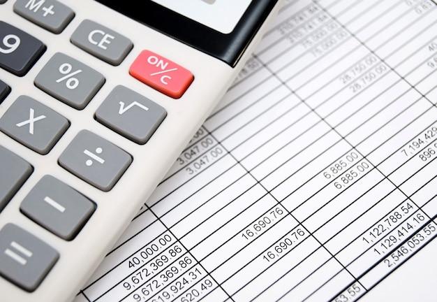 De rekenmachine op documenten. boekhoudafdeling.