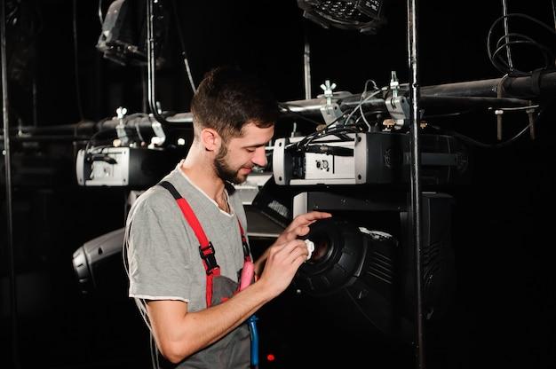 De reparateur van apparatuur diagnosticeert de afbraak van licht
