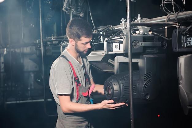 De reparateur van de apparatuur diagnosticeert de storing van lichte apparatuur