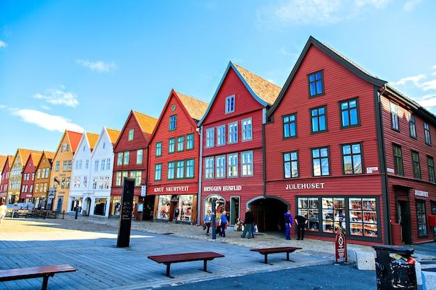 De rij gekleurde huizen in bergen, noorwegen
