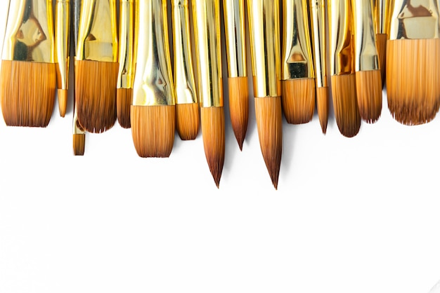 De rij van kunstenaar verf borstelt close-up op witte achtergrond, penselen voor behang.