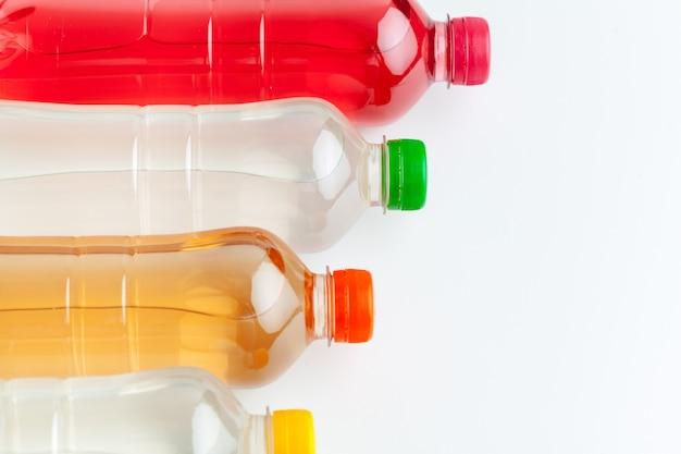 De rijen van kleurrijke drank plastic flessen sluiten omhoog
