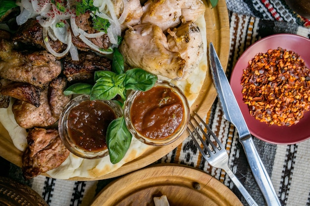 De rijk gedekte tafelgerechten uit de georgische keuken, veel lekker eten, wijn, fruit en geroosterd vlees