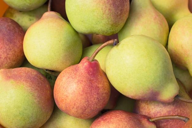 De rijpe sappige peren sluiten omhoog