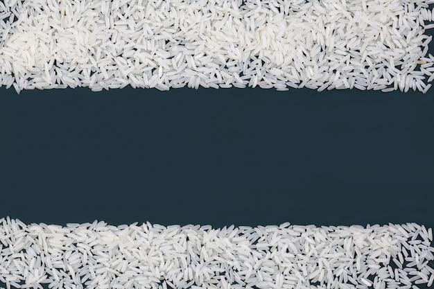 De rijst op het groene bordframe als achtergrond