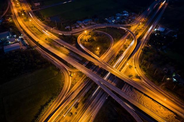 De ringweg en de wegomleiding van de uitwisselingsuitgang die de stad verbinden bij nacht in thailand