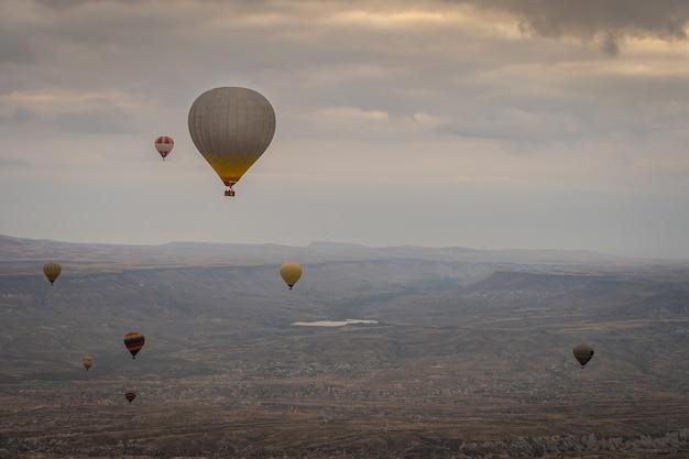 De rit van de hete luchtballon in capadocia, turkije
