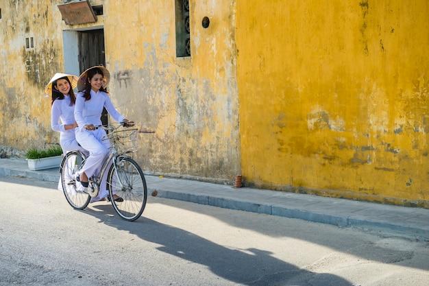 De ritfiets van het meisjemeisje in hoi een stad