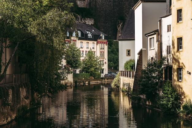 De rivier alzette doorkruist de historische oude stad van luxemburg, genaamd grund
