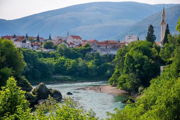 De rivier de neretva stroomt door het oude centrum van mostar