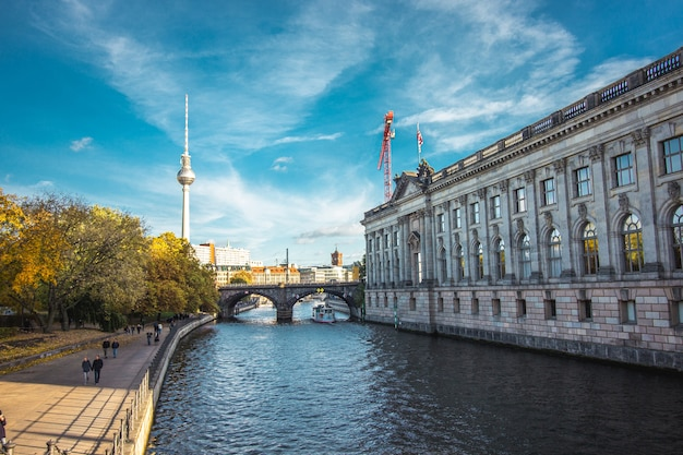 De rivier de spree naast het bode-museum in de stad berlijn.