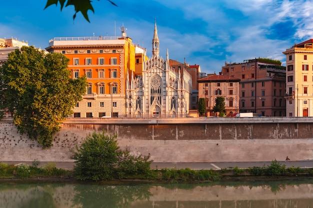 De rivier de tiber met de kerk van het heilig hart van jezus in prati in rome, italië