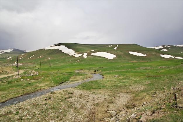 De rivier in de bergen van de kaukasus, armenië