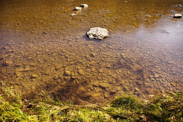 De rivier in de karpaten, allemaal in de rotsen is schoon en zeer helder water, het bovenaanzicht