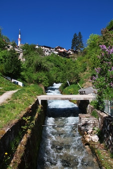 De rivier in travnik, bosnië en herzegovina