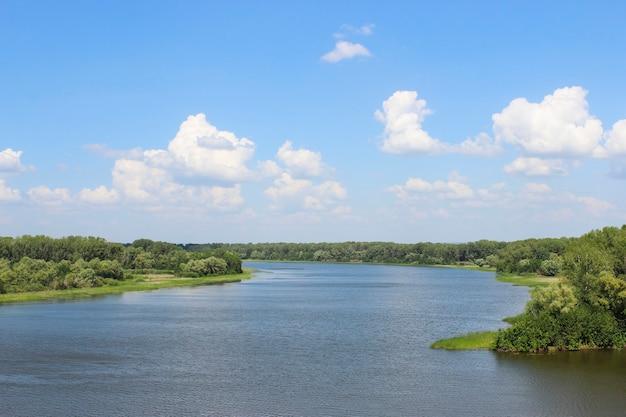 De rivier samara in rusland. bekijk de zomer met de kirov-brug.
