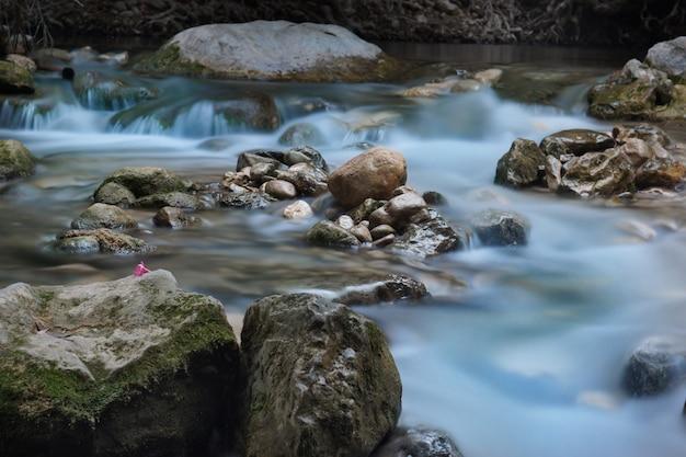 De rivier stroomt langzaam door de rotsen.