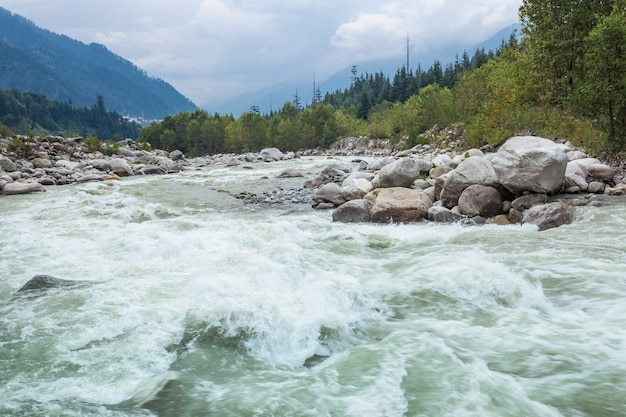De rivier van beas, manali