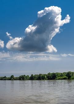 De rivier van donau dichtbij het dorp van vilkovo, de oekraïne